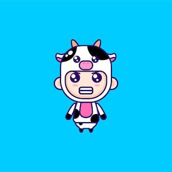 Menino bonito de desenho animado com fantasia de vaca