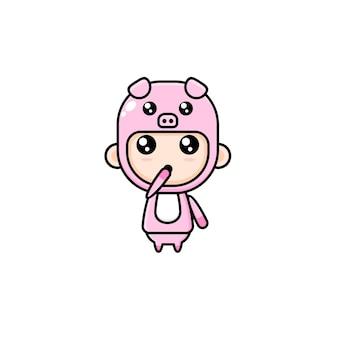 Menino bonito dos desenhos animados com fantasia de porco