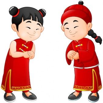 Menino bonito dos desenhos animados e menina em traje chinês