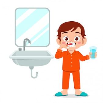 Menino bonito feliz escova dentes limpos