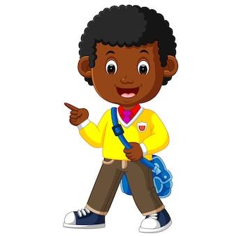 Menino bonito ir para escola dos desenhos animados