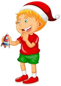 Menino bonito usando chapéu de natal e brincando com seu brinquedo no fundo branco