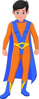 Menino bonito usando fantasia de super-herói