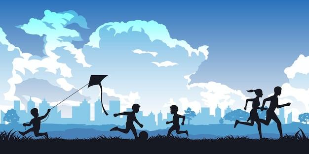 Menino brinca de pipa, crianças jogando futebol e casal correndo