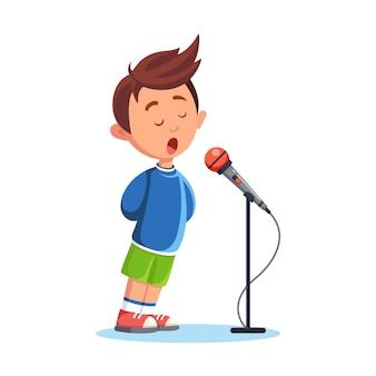 Menino cantando com microfone. música karaokê