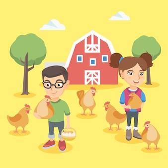 Menino caucasiano e menina que guardam galinhas e ovos.