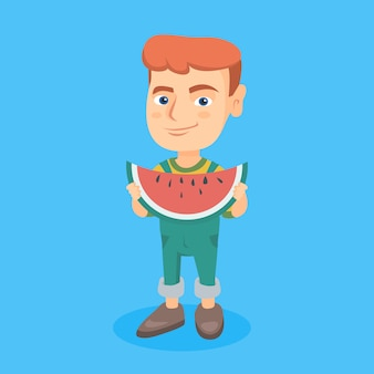 Menino caucasiano novo que come a melancia deliciosa.