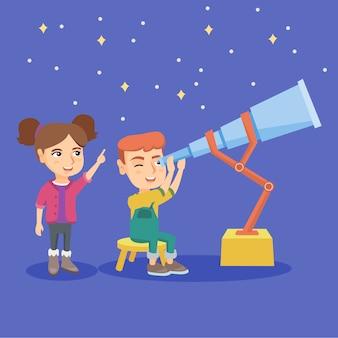 Menino caucasiano olhando estrelas através de um telescópio