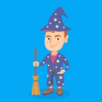 Menino caucasiano pequeno vestido como um mágico.