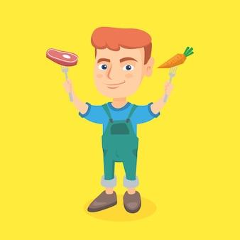 Menino caucasiano que guarda a cenoura e o bife frescos.