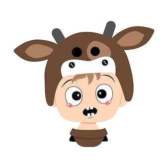 Menino com cabelo loiro e emoções em pânico, rosto surpreso, olhos chocados com chapéu de vaca. cabeça de criança fofa com expressão de medo em fantasia de carnaval para o feriado, natal ou ano novo