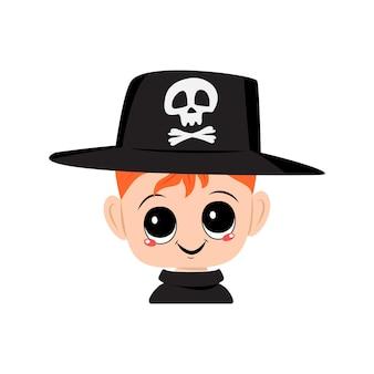 Menino com cabelo ruivo, olhos grandes e sorriso largo e feliz, usando chapéu com crânio criança com rosto alegre santificado ...