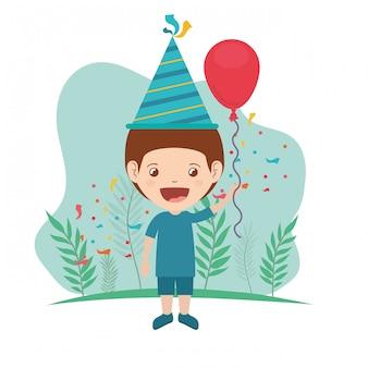 Menino com chapéu de festa e balão de hélio na festa de aniversário
