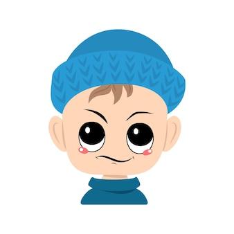 Menino com emoções de olhar descontente desconfiado em menino bonito de chapéu de malha azul com expressão irritada ...