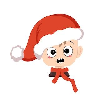 Menino com emoções em pânico, rosto surpreso, olhos chocados com chapéu de papai noel vermelho. gracinha com expressão de medo em fantasia de carnaval para o ano novo, natal e férias. cabeça de criança adorável