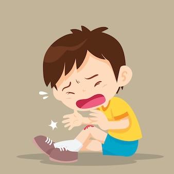 Menino com hematomas na perna. a criança machucou o joelho