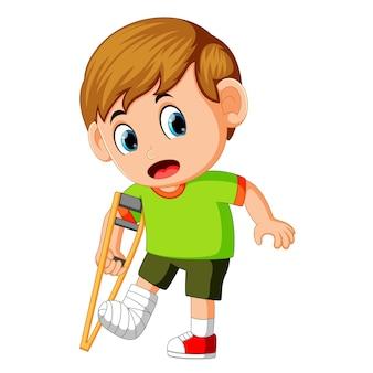 Menino com perna quebrada
