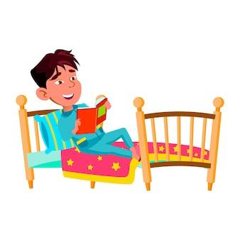 Menino criança deitada na cama e livro de leitura vector. criança chinesa pré-adolescente leu um livro de histórias interessantes no quarto. caráter japonês aluno de lazer com ilustração de desenho animado de literatura