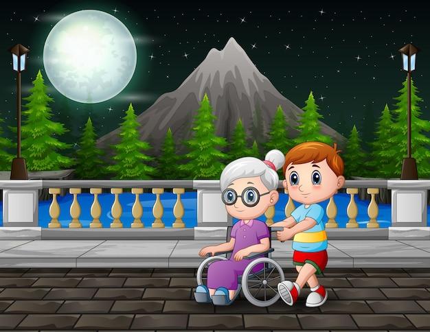 Menino de desenho animado com a vovó na cena noturna