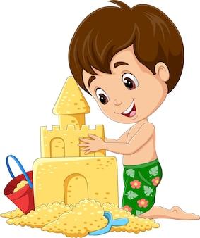 Menino de desenho animado fazendo castelo de areia