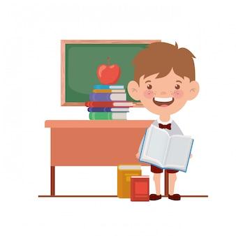 Menino de estudante com material escolar na sala de aula