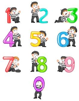 Menino de pantomima brincando com números de balão