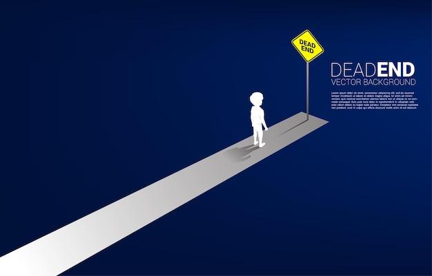 Menino de silhueta em pé com sinalização de beco sem saída. conceito de nenhum futuro para as crianças.