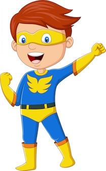 Menino de super-herói feliz dos desenhos animados posando