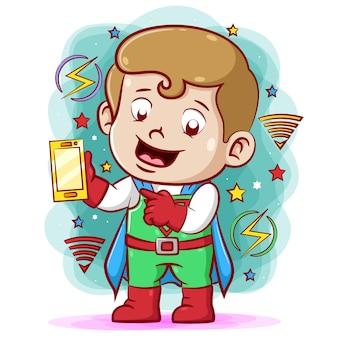 Menino de super-heróis segurando e carregando o telefone com seu super poder mágico