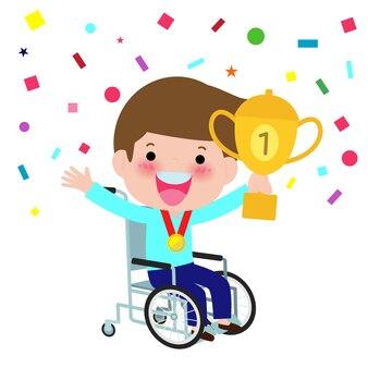 Menino deficiente em uma cadeira de rodas, segurando o copo vencedor e sorrindo. feliz campeão com incapacidade ganhar cálice.