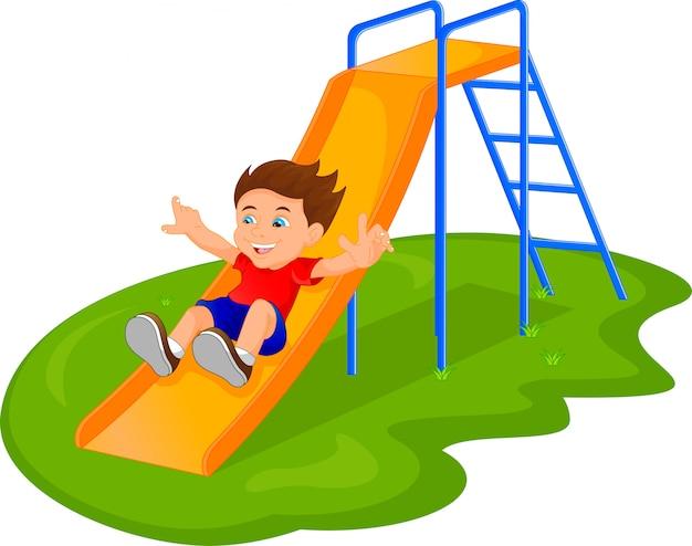 Menino deslizando no parque