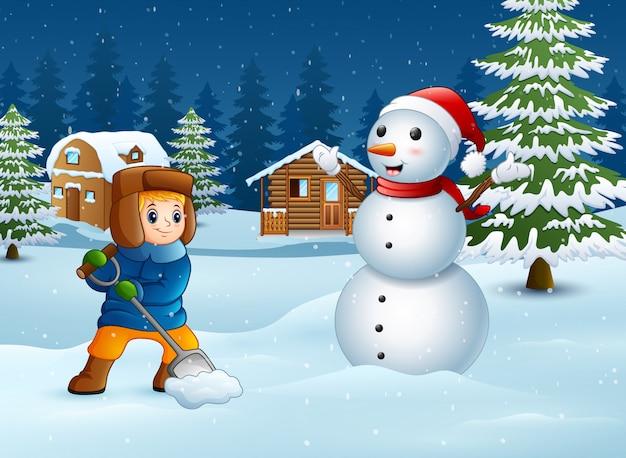 Menino dos desenhos animados brincando na neve no fundo do inverno