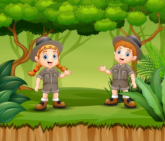 Menino dos desenhos animados e escoteira em uma floresta