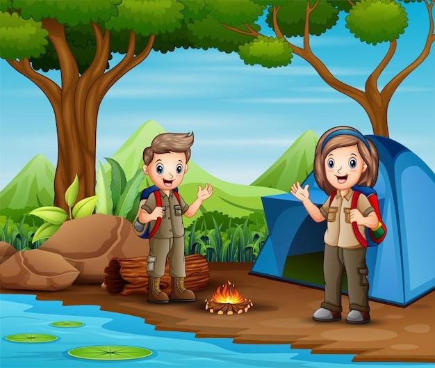 Menino dos desenhos animados e escuteiras no acampamento