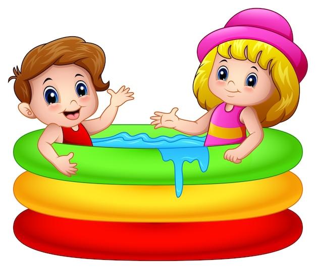 Menino dos desenhos animados e menina brincando em uma piscina inflável