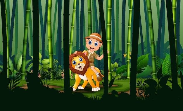 Menino e leão do zoológico na floresta de bambu