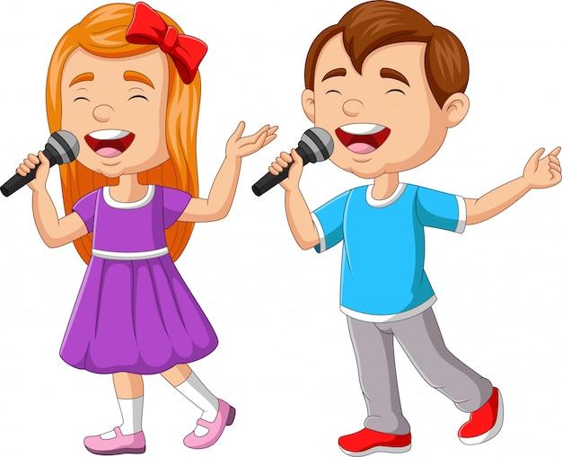 Menino e menina cantando com microfone