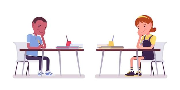 Menino e menina da escola ocupados com os estudos