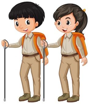Menino e menina em equipamento de escoteiro, caminhadas em branco