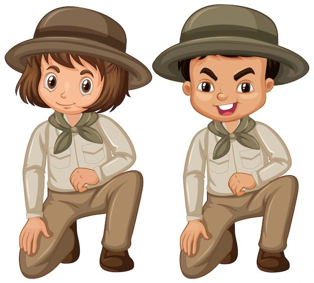 Menino e menina em uniforme de escoteiro em branco