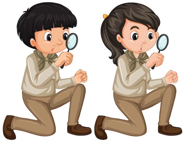 Menino e menina em uniforme de escoteiro em fundo branco