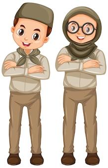 Menino e menina em uniforme de escoteiro isolado