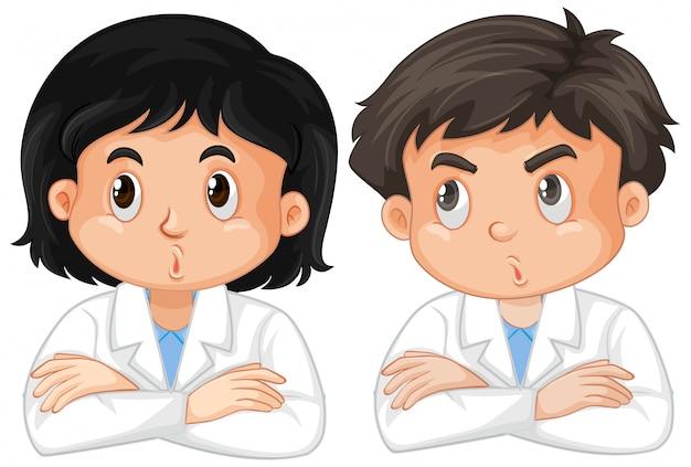 Menino e menina em vestido de laboratório em branco