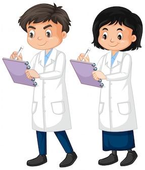 Menino e menina em vestido de laboratório, escrevendo a nota em branco