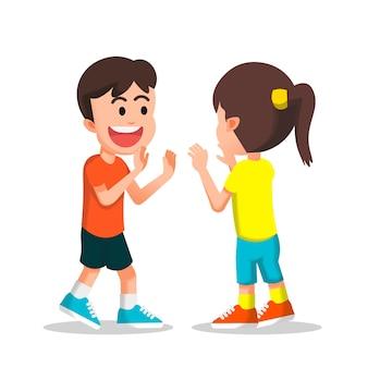 Menino e menina estão prestes a fazer um duplo high five