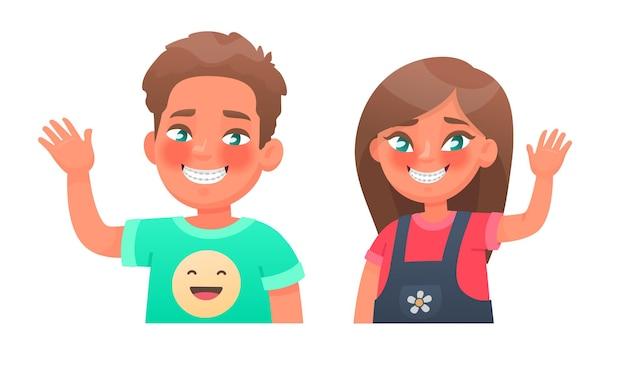 Menino e menina felizes com aparelho nos dentes correção da oclusão do alinhamento dos dentes crianças com um sorriso