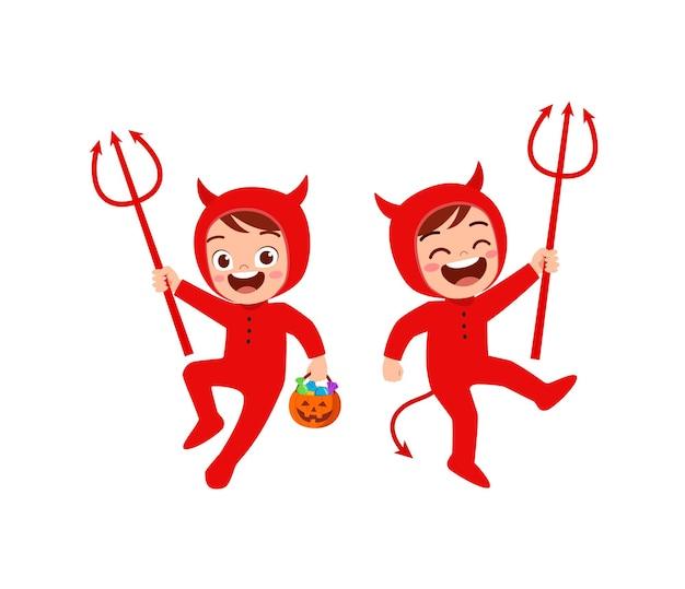 Menino e menina fofos celebram o dia das bruxas com um amigo