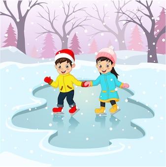 Menino e menina fofos com roupas de inverno, jogando pista de patinação no gelo