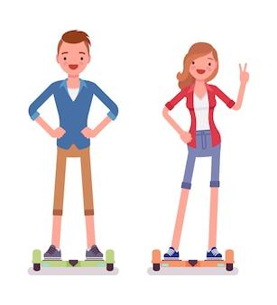 Menino e menina gyroscooter de equilíbrio