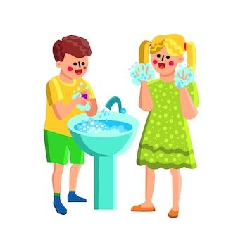 Menino e menina lavando as mãos com sabão na pia